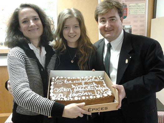 Nt. Szigeti Miklós, gyülekezetünk lelkipásztora, felesége, Szigeti Márta, a magyar iskola vezetője és Szigeti Rebeka, aki pár hetesen érkezett Vancouverbe a szüleivel 15 évvel ezelőtt, 1999-ben.